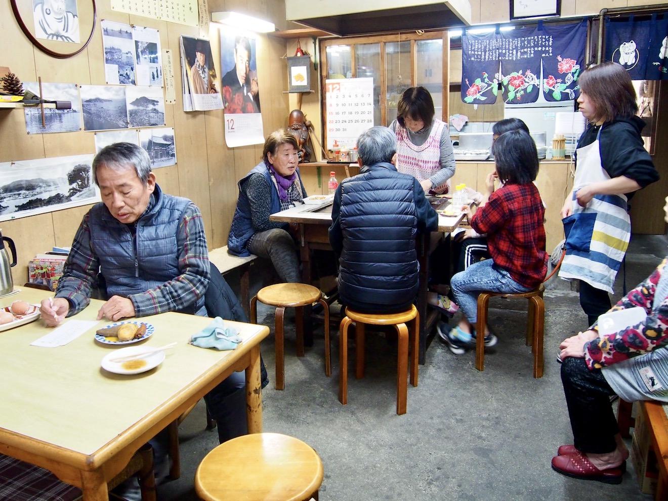 お好み焼き のむら 日曜日の営業日には、地元の人々で賑わいます